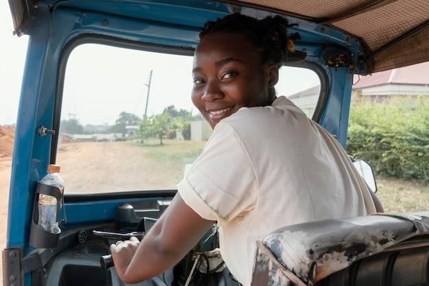 Średnio ujęcie kobiety prowadzącej pojazd
