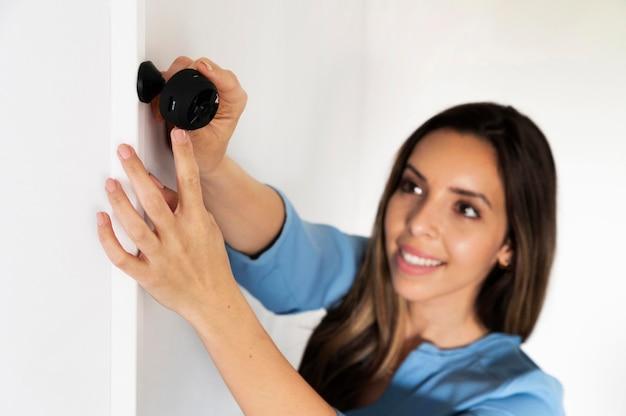 Średnio ujęcie kobiety trzymającej aparat