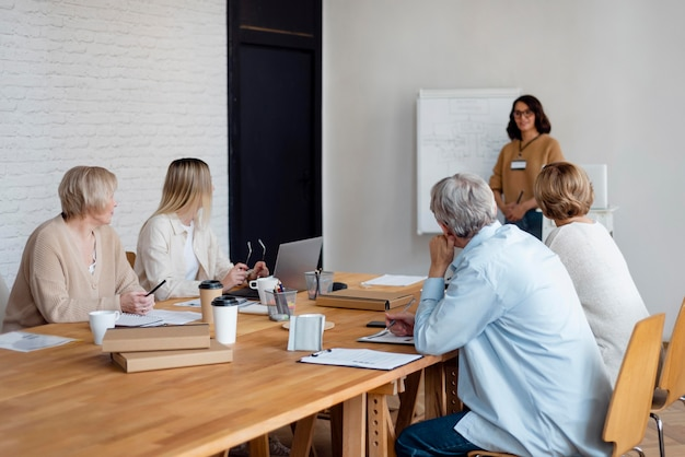 Średnio ujęcie ludzi biznesu na spotkaniu