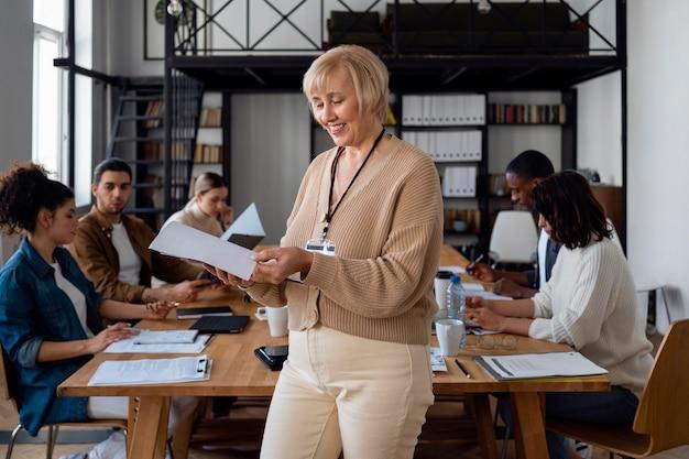 Średnio ujęcie ludzi biznesu w sali konferencyjnej