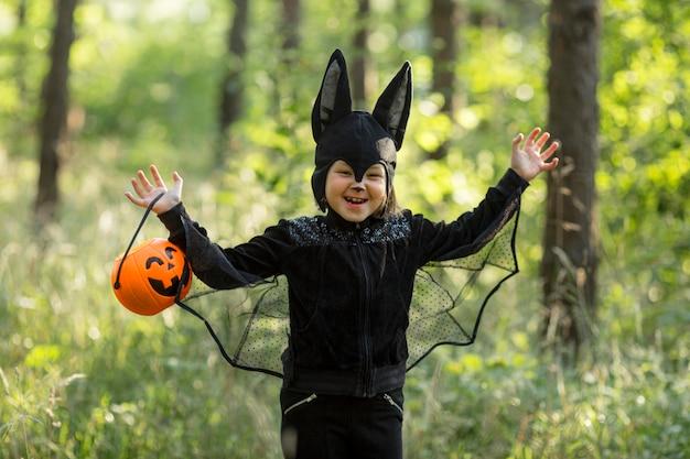 Średnio ujęcie małego chłopca w stroju nietoperza