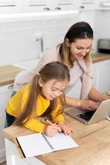 Średnio ujęcie matki i dziecka przy biurku