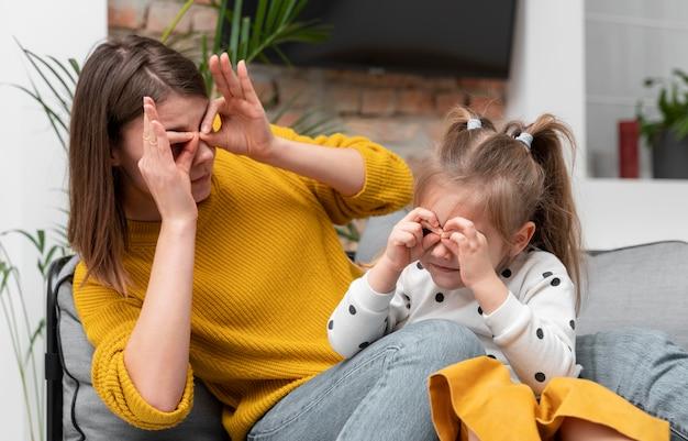 Średnio ujęcie matki i dziewczynki podczas zabawy