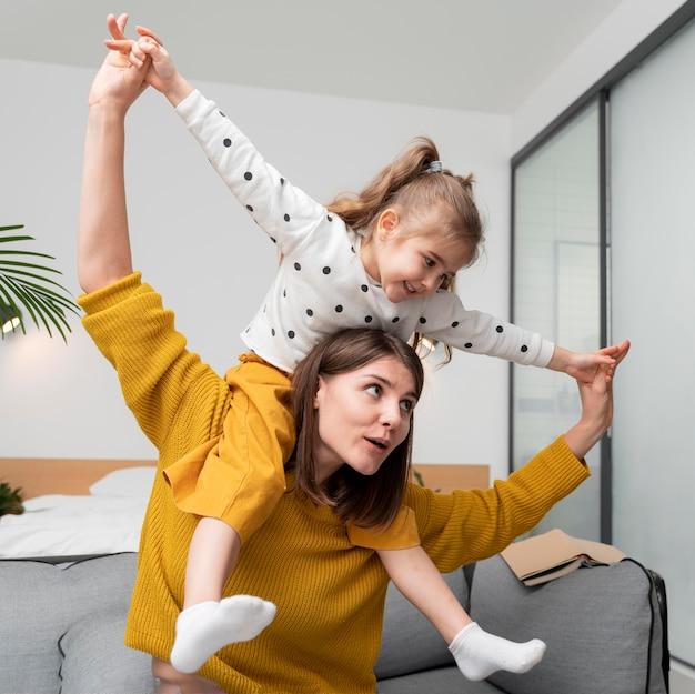 Średnio ujęcie matki i dziewczynki w pomieszczeniu