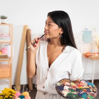 Średnio ujęcie młodego malarza w domu