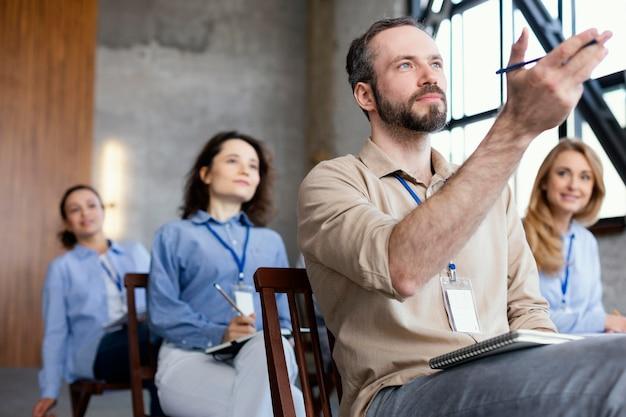 Średnio ujęcie osób siedzących na krzesłach