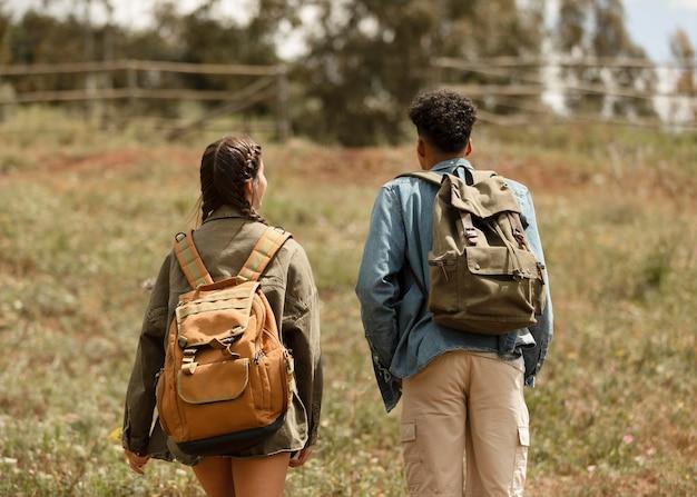 Średnio ujęcie osób spacerujących na świeżym powietrzu