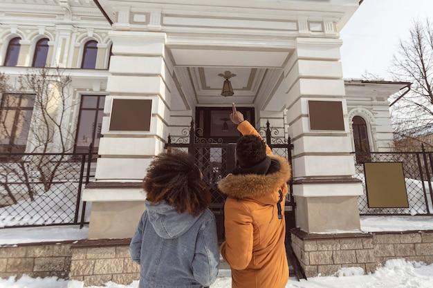Średnio ujęcie para podziwiająca pomnik
