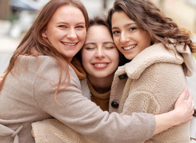 Średnio ujęcie przytulających się kobiet