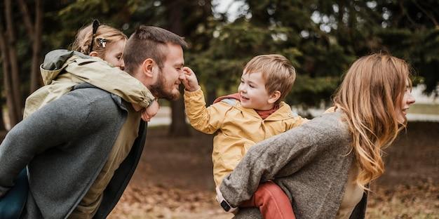 Średnio ujęcie rodziny podczas wspólnej zabawy
