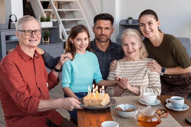 Średnio ujęcie rodziny pozuje razem