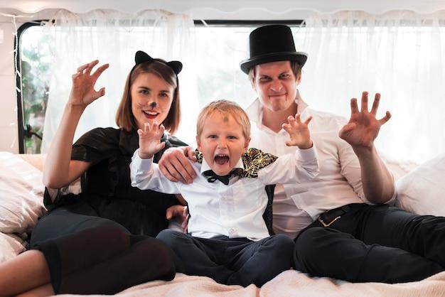 Średnio ujęcie rodziny siedzącej w łóżku