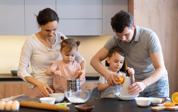 Średnio Ujęcie Rodziny W Kuchni Premium Zdjęcia