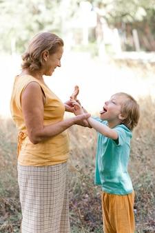 Średnio ujęta babcia i dziecko na wakacjach