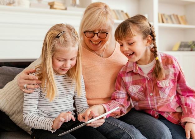 Średnio ujęta babcia i dziewczynki