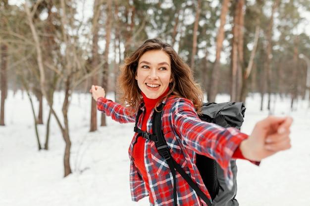 Średnio ujęta kobieta czująca się wolna
