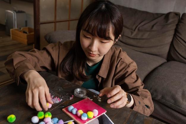 Średnio ujęta kobieta jest kreatywna