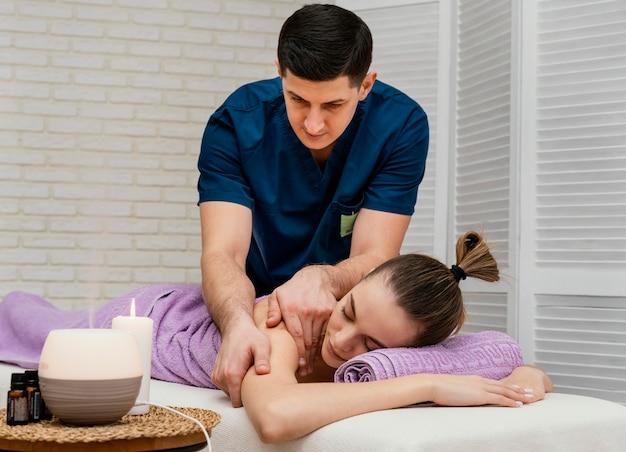 Średnio ujęta kobieta podczas masażu