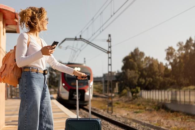 Średnio ujęta kobieta podróżująca pociągiem