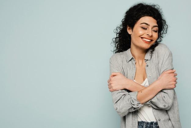 Średnio ujęta kobieta przytulająca się