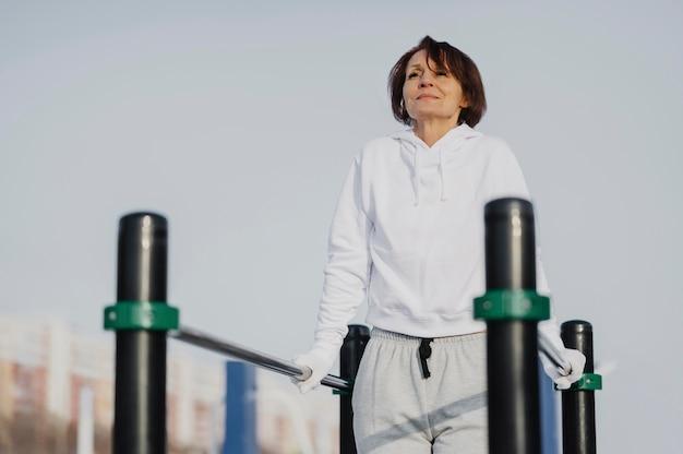 Średnio ujęta kobieta trenująca na zewnątrz