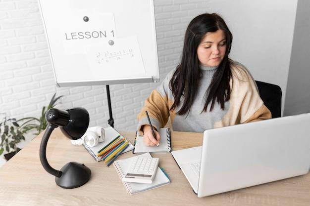 Średnio ujęta kobieta uczy lekcji