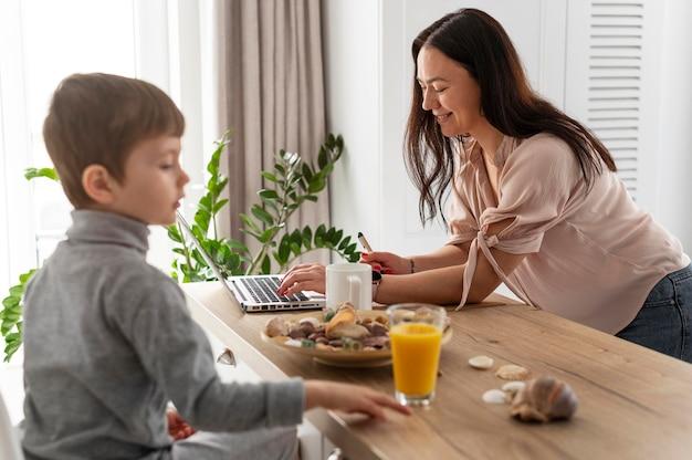 Średnio ujęta matka pracująca w domu