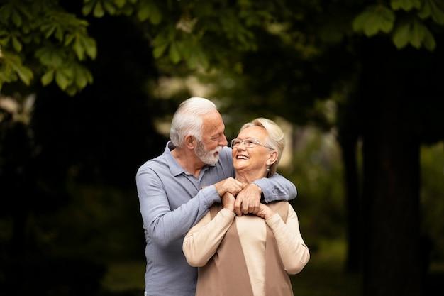 Średnio ujęta para jest romantyczna