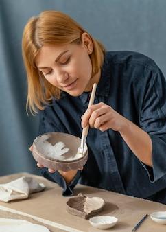 Średnio ujęta pozycja do malowania kobiety