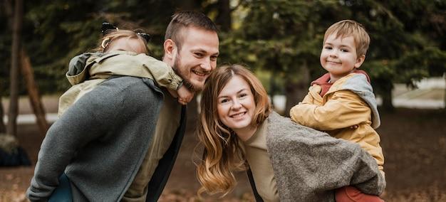 Średnio Ujęta Rodzina Spędzająca Razem Czas Premium Zdjęcia