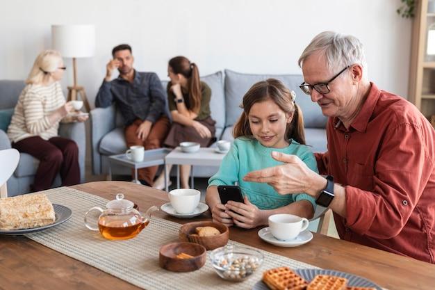 Średnio ujęta rodzina spędzająca razem czas