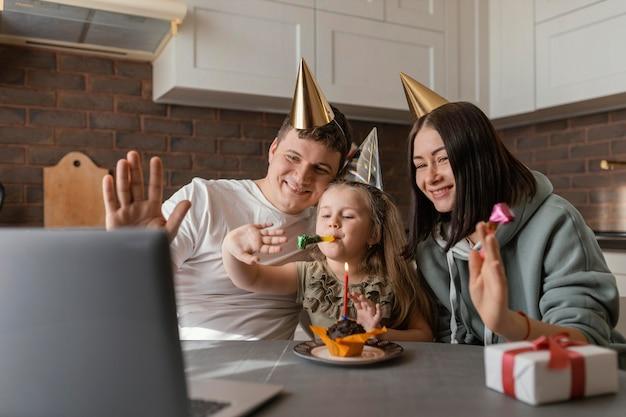 Średnio ujęta rodzina w czapkach imprezowych