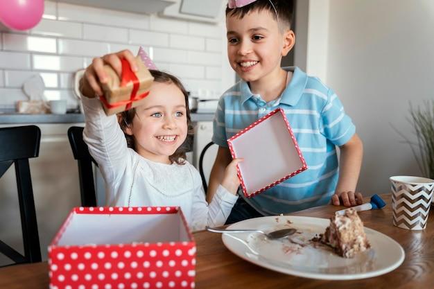 Średnio ujęte dzieci z prezentem