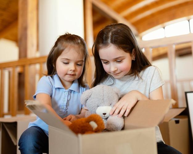 Średnio ujęte dziewczynki z zabawkami