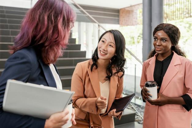 Średnio ujęte kobiety rozmawiające