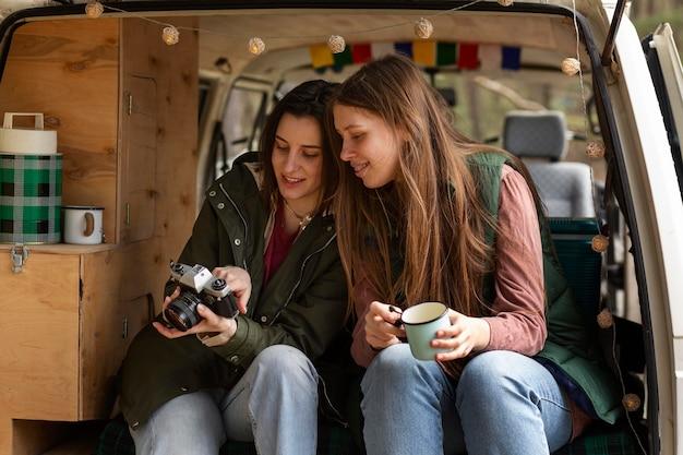 Średnio ujęte kobiety z aparatem fotograficznym