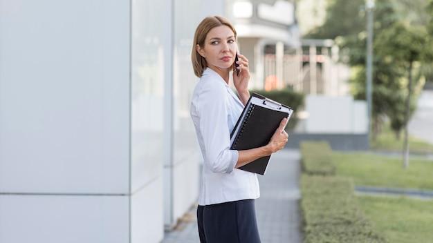 Średnio ujęty przedsiębiorca rozmawiający przez telefon