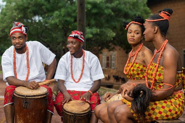 Średnio ustrzeleni nigeryjscy tancerze z perkusją