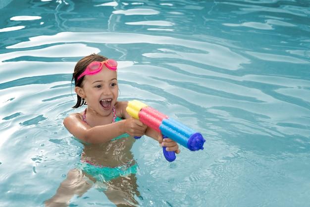 Średnio ustrzelona dziewczyna z pistoletem na wodę