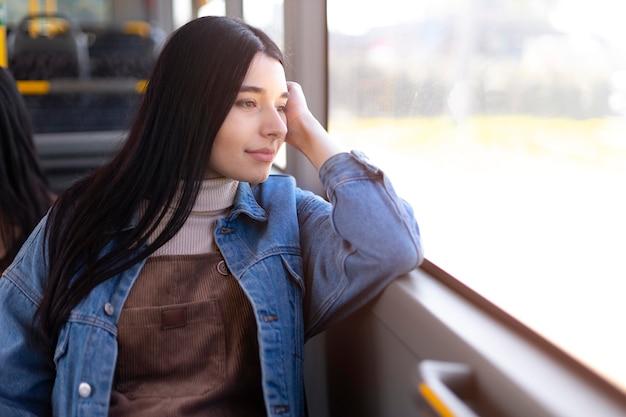 Średnio ustrzelona kobieta wyglądająca przez okno