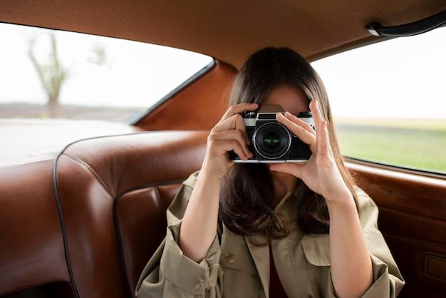 Średnio ustrzelona kobieta z aparatem fotograficznym