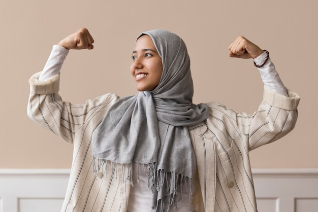 Średnio ustrzelona silna kobieta w hidżabie