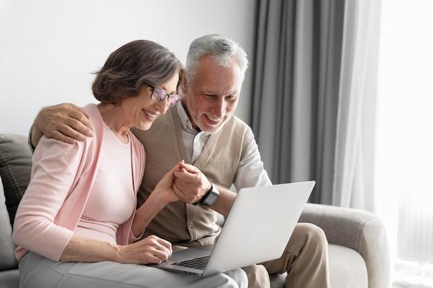 Średnio ustrzelona starsza para z laptopem