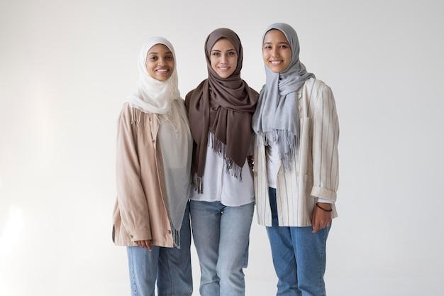 Średnio ustrzelone kobiety noszące hidżab