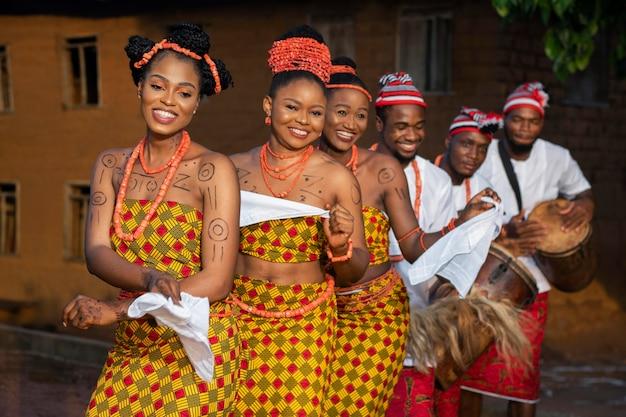 Średnio ustrzelone kobiety tańczące tradycyjnie
