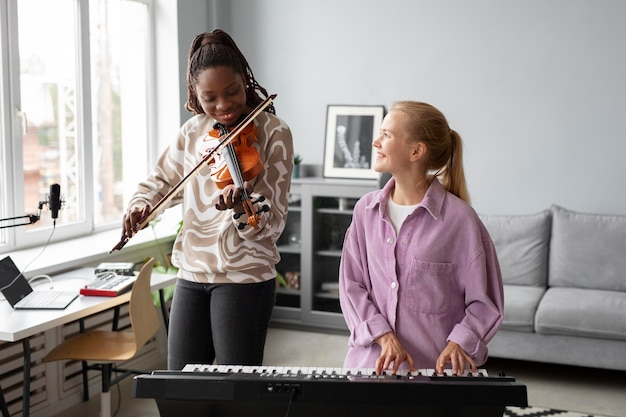 Średnio ustrzelone kobiety z fortepianem i skrzypcami
