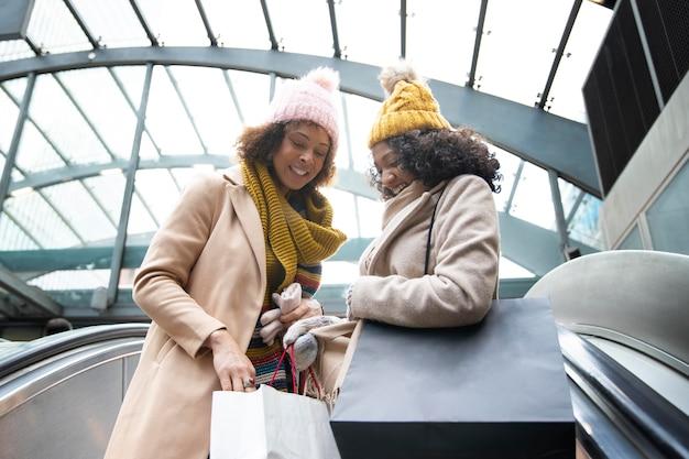 Średnio ustrzelone kobiety z torbami na zakupy