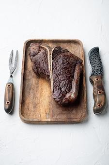 Średnio wysmażony grillowany stek t bone na drewnianej tacy