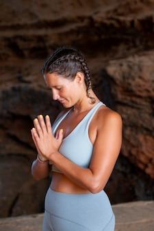 Średnio wysportowana kobieta robi jogę