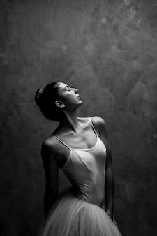 Średnio wystrzelona balerina z zamkniętymi oczami